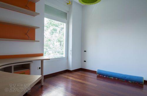 Detalle habitación doble con ventanal exterior del piso en barrio ensanche, ruzafa, Valencia. Proyecto realizado íntegramente por Global Home Happiness.