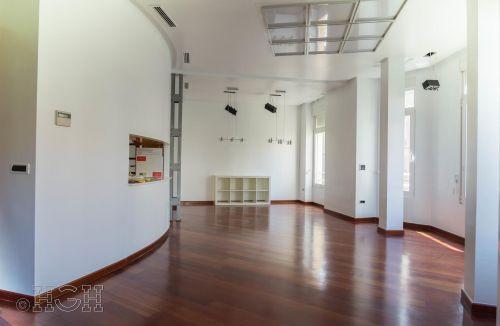 Estado final de pared curva con ventanales y mirador en comedor salón del piso en barrio ensanche, ruzafa, Valencia. Proyecto realizado íntegramente por Global Home Happiness.