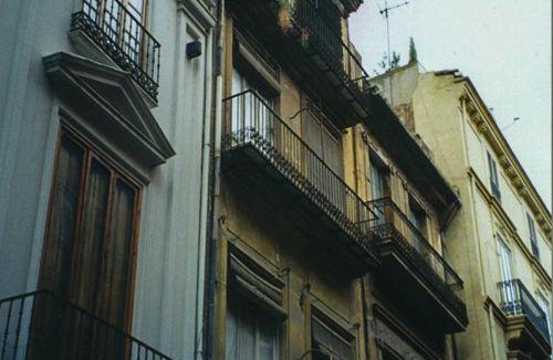 Fachada Original del edificio para viviendas, oficinas y local comercial en Calle Caballeros 32, Barrio del Carmen, Valencia. Proyecto de ejecución y dirección de obra realizados por los Arquitectos Don Giuliano Brescacin y Don Antonio Puértolas de la empresa Global Home Happiness.