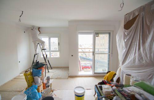 Vista general de los trabajos de preparación de pintura del comedor salón del piso en valencia. Construcción y reforma realizada íntegramente por personal de Global Home Happiness.