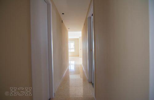 Vista final del pasillo hacia el comedor salón del piso en valencia. Construcción y reforma realizada íntegramente por personal de Global Home Happiness.