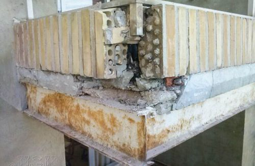 Vista y detalle de estado de las terrazas del Proyecto básico y de ejecución del Edificio Torre del Castillo, en Jávea, Alicante. Proyecto, dirección de obra y rehabilitación de fachada realizada íntegramente por personal de Global Home Happiness.