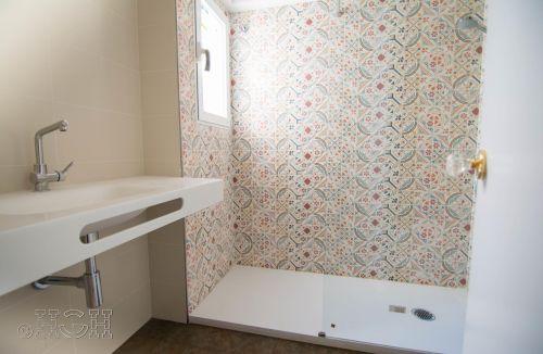 Detalle de acabado de baño con ducha en blanco del piso en valencia. Construcción y reforma realizada íntegramente por personal de Global Home Happiness.