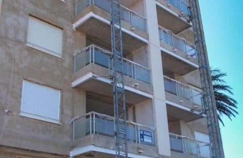 Detalle andamio cremallera del Proyecto básico y de ejecución del Edificio Torre del Castillo, en Jávea, Alicante. Proyecto, dirección de obra y rehabilitación de fachada realizada íntegramente por personal de Global Home Happiness.