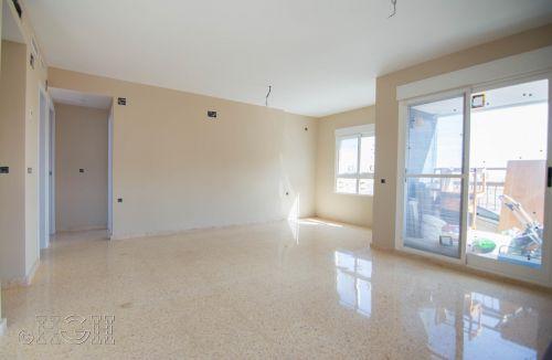 Vista general final de pintura del comedor salón del piso en valencia. Construcción y reforma realizada íntegramente por personal de Global Home Happiness.