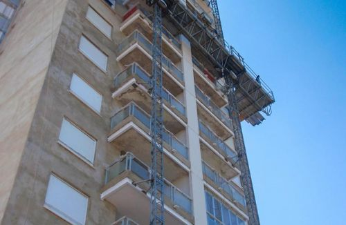 Vista fachada E, andamio cremallera del Proyecto básico y de ejecución del Edificio Torre del Castillo, en Jávea, Alicante. Proyecto, dirección de obra y rehabilitación de fachada realizada íntegramente por personal de Global Home Happiness.