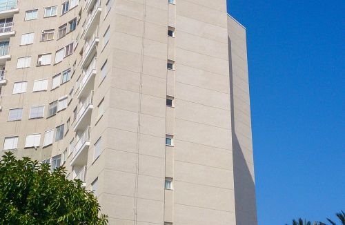 Detalle de estado final en fachada B del Proyecto básico y de ejecución del Edificio Torre del Castillo, en Jávea, Alicante. Proyecto, dirección de obra y rehabilitación de fachada realizada íntegramente por personal de Global Home Happiness