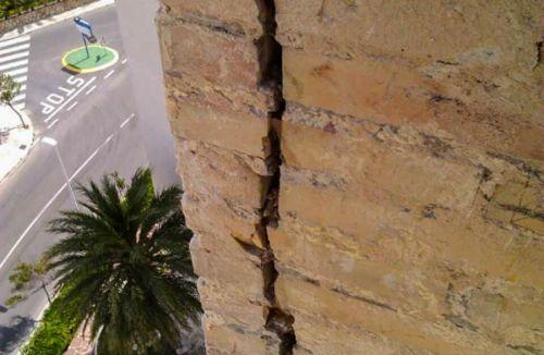 Detalle y magnitud de grietas en fachada C del Proyecto básico y de ejecución del Edificio Torre del Castillo, en Jávea, Alicante. Proyecto, dirección de obra y rehabilitación de fachada realizada íntegramente por personal de Global Home Happiness.