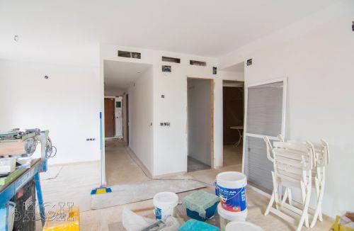 Vista general de los trabajos de preparación de la pintura del comedor salón del piso en valencia. Construcción y reforma realizada íntegramente por personal de Global Home Happiness.