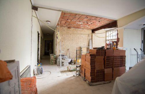 Estado en construcción de la separación salón cocina, donde se aprecia la integración de espacios de la reforma integral en Avenida Blasco Ibáñez, Zona Mestalla, Valencia. Reforma de Global Home Happiness.