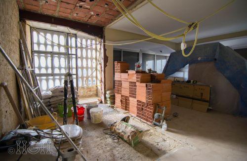 Estado en construcción donde se aprecia la comunicación de los espacios de cocina y salón de la reforma integral en Avenida Blasco Ibáñez, Zona Mestalla, Valencia. Reforma de Global Home Happiness.