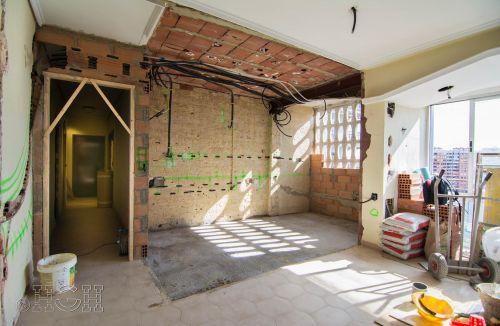 Estado en construcción con el espacio ganado y la luminosidad de la nueva cocina y salón de la reforma integral en Avenida Blasco Ibáñez, Zona Mestalla, Valencia. Reforma de Global Home Happiness.