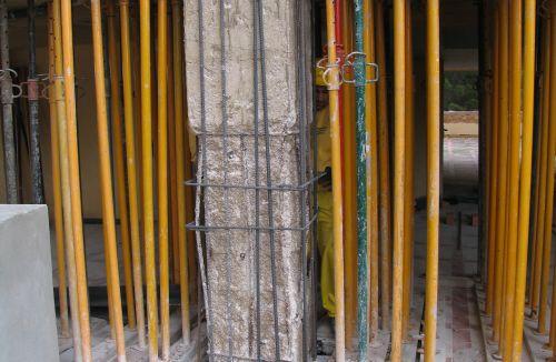 Estado Original pilar de hormigón estallado a compresión en edificio de vivienda en Gola de Puchol, Valencia. Obra de refuerzo estructural realizado por personal de Global Home Happiness.