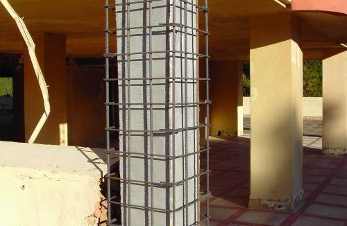 Detalle del armado de encamisado de pilar en edificio de vivienda en Gola de Puchol, Valencia. Obra de refuerzo estructural realizado por personal de Global Home Happiness.