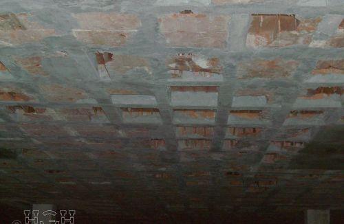 Fase de refuerzos de nervios de forjado reticular en sótano en edificio de vivienda en Gola de Puchol, Valencia. Obra de refuerzo estructural realizado por personal de Global Home Happiness.