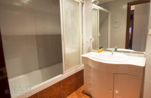 Vista estado original del baño del Proyecto de Decoración y Home Staging del piso apartamento en Avenida de Aragón, Valencia. Proyecto de interiorismo, decoración y fotografía realizado íntegramente por personal de Global Home Happiness.