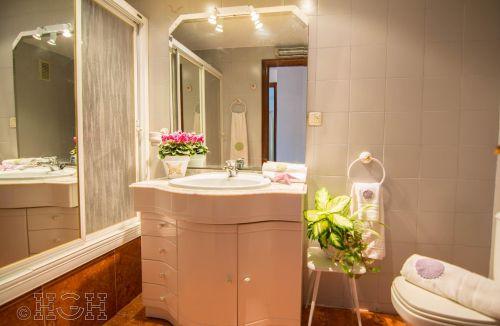 Vista de la ambientación del baño para las fotografías del Proyecto de Decoración y Home Staging del piso apartamento en Avenida de Aragón, Valencia. Proyecto de interiorismo, decoración y fotografía realizado íntegramente por personal de Global Home Happiness.
