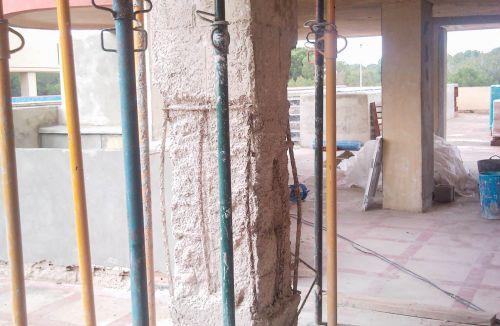Estado Original pilar de hormigón estallado a compresión en fase de apuntalamiento en edificio de vivienda en Gola de Puchol, Valencia. Obra de refuerzo estructural realizado por personal de Global Home Happiness.