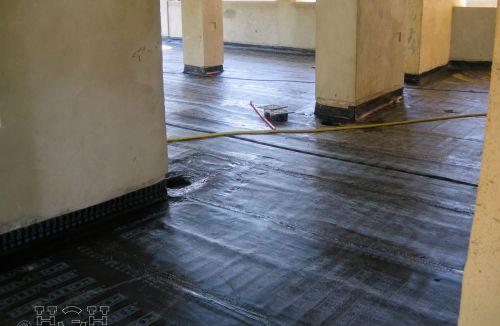 Impermeabilización de terrazas planas con tela asfáltica en edificio de vivienda en Gola de Puchol, Valencia. Obra de refuerzo estructural realizado por personal de Global Home Happiness.