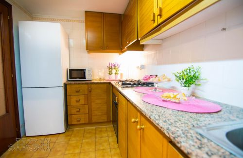 Vista de la cocina con la ambientación para las fotografías del Proyecto de Decoración y Home Staging del piso apartamento en Avenida de Aragón, Valencia. Proyecto de interiorismo, decoración y fotografía realizado íntegramente por personal de Global Home Happiness.