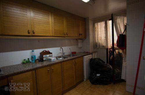 Vista general de la cocina original del Proyecto de Decoración y Home Staging del piso apartamento en Avenida de Aragón, Valencia. Proyecto de interiorismo, decoración y fotografía realizado íntegramente por personal de Global Home Happiness.