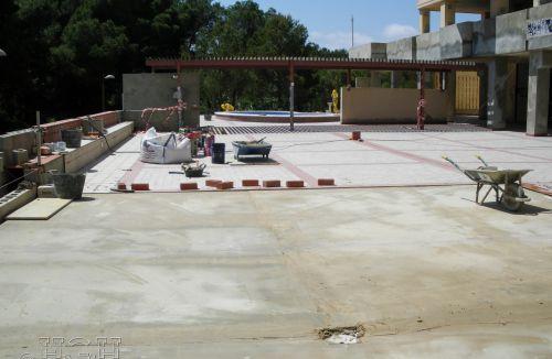 Colocación de pavimentos en terrazas en edificio de vivienda en Gola de Puchol, Valencia. Obra de refuerzo estructural realizado por personal de Global Home Happiness