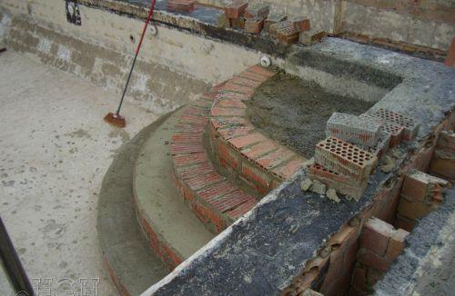 Construcción de escalera de acceso en vaso de la piscina para su impermeabilización y colocación de gresite en edificio de vivienda en Gola de Puchol, Valencia. Obra de refuerzo estructural realizado por personal de Global Home Happiness