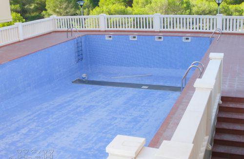 Fase final de acabados en piscina en edificio de vivienda en Gola de Puchol, Valencia. Obra de refuerzo estructural realizado por personal de Global Home Happiness