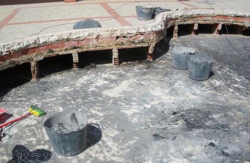 Fase previa de picado y preparación de piscina infantil en edificio de vivienda en Gola de Puchol, Valencia. Obra de refuerzo estructural realizado por personal de Global Home Happiness