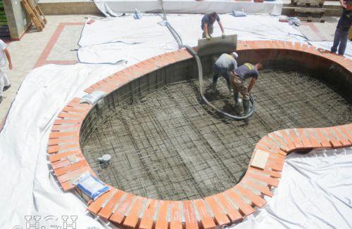 Fase de armado y gunitado de piscina infantil en edificio de vivienda en Gola de Puchol, Valencia. Obra de refuerzo estructural realizado por personal de Global Home Happiness
