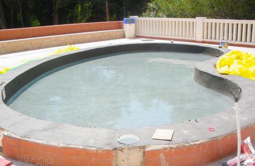 Prueba de agua de piscina infantil en edificio de vivienda en Gola de Puchol, Valencia. Obra de refuerzo estructural realizado por personal de Global Home Happiness