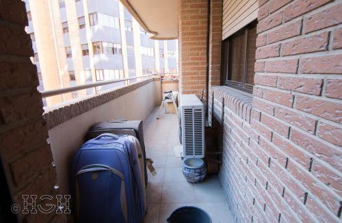 Vista general en detalle de la terraza original del Proyecto de Decoración y Home Staging del piso apartamento en Avenida de Aragón, Valencia. Proyecto de interiorismo, decoración y fotografía realizado íntegramente por personal de Global Home Happiness.